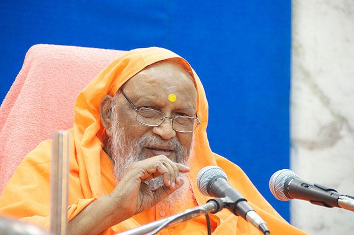 Swami Dayananda enseñando en una clase