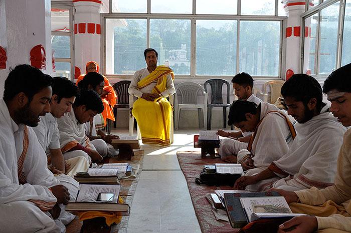 Estudiantes recitando los vedas